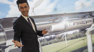 Le président de HTT Bibop Gresta pose devant une représentation de l'Hyperloop. (JOHN MACDOUGALL / AFP)