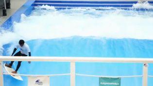 Après les pistes de ski artificielles, voici maintenant les piscines à vagues pour surfeurs. Le Japon est à son tour gagné par la folie de la glisse (France 2)
