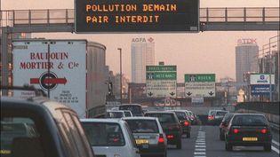 Un panneau indique les informations relatives aux mesures prisent contre la pollution, le 30 septembre sur l'autoroute A1. (JACK GUEZ / AFP)