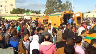 Des ambulances après l'attaque contrela mosquée dans le nord Sinaï egyptien, le 24 novembre 2017. (- / AFP)