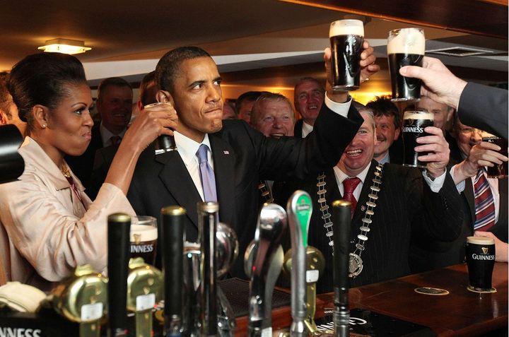 Le président américain Barack Obama et son épouse dégustent une Guinness dans un pub, à Moneygall (Irlande), le 23 mai 2011. (AP / SIPA )