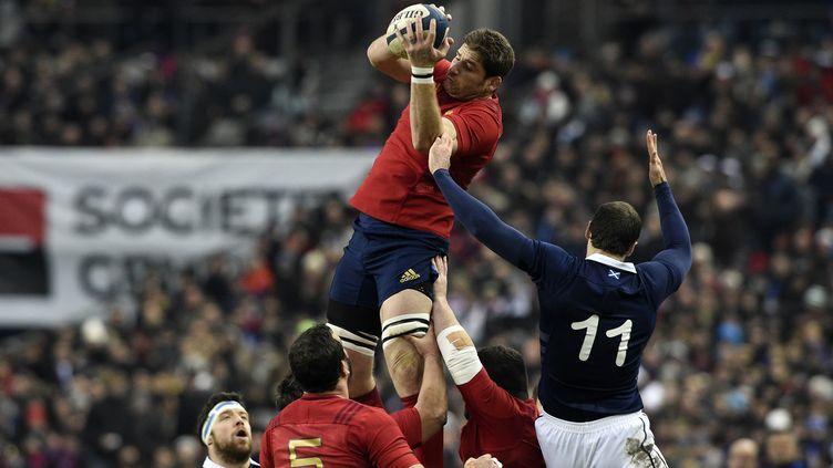 Le Français Pascal Pape récupère le ballon lors du match France-Ecosse, en Tournoi des six nations, samedi 7 février. (FRANCK FIFE / AFP)