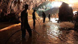 Des militaires de la marine thaïlandaise dans la grotte inondée deTham Luang (Thaïlande), lors des opérations de sauvetage des enfants pris au piège, dans une photo diffusée le 7 juillet 2018. (HANDOUT / ROYAL THAI NAVY)