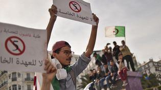En Algérie, de nouvelles manifestations ont lieu vendredi 15 mars pour s'opposer au régime d'Abdelaziz Bouteflika. (RYAD KRAMDI / AFP)