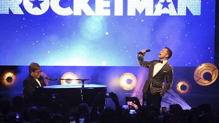 """Elton John chante en duo avec l'acteur Taron Egerton, le jeudi 16 mai 2019 sur la plage du Carlton à Cannes, lors de l'after-party de la projection du biopic """"Rocketman"""". (ARTHUR MOLA/AP/SIPA / AP)"""