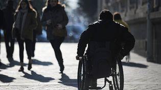 Le Parlement a approuvé, mardi 21 juillet 2015, un texte prévoyant de nouveaux délais pour rendre accessibles des bâtiments publics aux personnes handicapées. (JEAN-SEBASTIEN EVRARD / AFP)