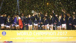 L'équipe de France féminine de handball célébre sa victoire en finale du Mondial à Hambourg (Allemagne), le 17 septembre 2017. (LAURENT LAIRYS / AFP)