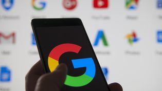 Un téléphone Android avec le logo Google, le 1er février 2018. (JAAP ARRIENS / AFP)