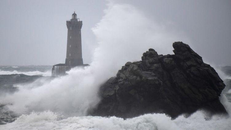 Les vagues se brisant sur le Phare du four à Rosporden dans le Finistère, quelques heures avant le passage de la tempête Amélie, le 2 novembre 2019. (DAMIEN MEYER / AFP)