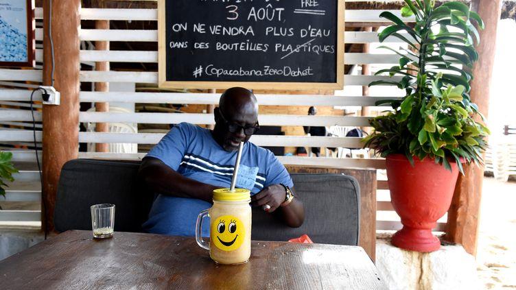 "Un client du restaurant ""Le Copacabana"" à Dakar. (SEYLLOU SEYLLOU / AFP)"