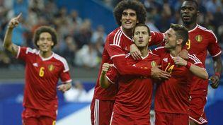 Les joueurs belges se congratulent lors de leur victoire 4-1 contre la France, au Stade de France (Saint-Denis), le 7 juin 2015. (DIRK WAEM / BELGA MAG)