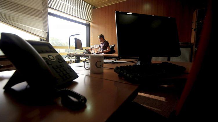 Un salarié seul à son bureau, le 15 mai 2020, à Nice (Alpes-Maritime). (FRANTZ BOUTON / MAXPPP)