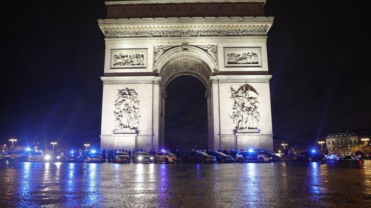 Des policiers rassemblés au pied de l'Arc de triomphe, à Paris, le 14 décembre 2020. (GEOFFROY VAN DER HASSELT / AFP)