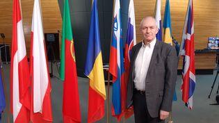L'eurodéputé Richard Corbett pose une dernière fois devant le drapeau britannique au Parlement européen à Bruxelles. (ANGELIQUE BOUIN / RADIO FRANCE)