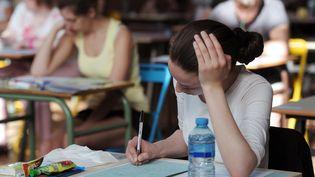 Une candidate au baccalauréat passe l'épreuve de philosophie dans un lycée de Strasbourg (Bas-Rhin), le 17 juin 2013. (FREDERICK FLORIN / AFP)