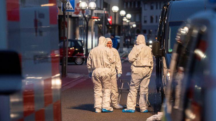 La police scientifique enquête sur le site d'un attentat à Heutmarkt, dans le centre d'Hanau (Allemagne), le 20 février 2020. (THOMAS LOHNES / AFP)