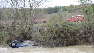 La voiture, emportée par les flots, dans laquelle se trouvaient un enfant et sa mère, retrouvés mortsdans la nuit du 14 au 15 novembre près de Cruviers-Lascours (Gard). Un bébé, qui se trouvait à bord, est porté disparu. (BORIS HORVAT / AFP)