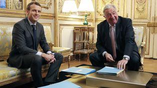 Le président de la République Emmanuel Macron et le président du Sénat Gérard Larcher au Palais de l'Elysée, à Paris, le 20 novembre 2017. (IAN LANGSDON / AFP)