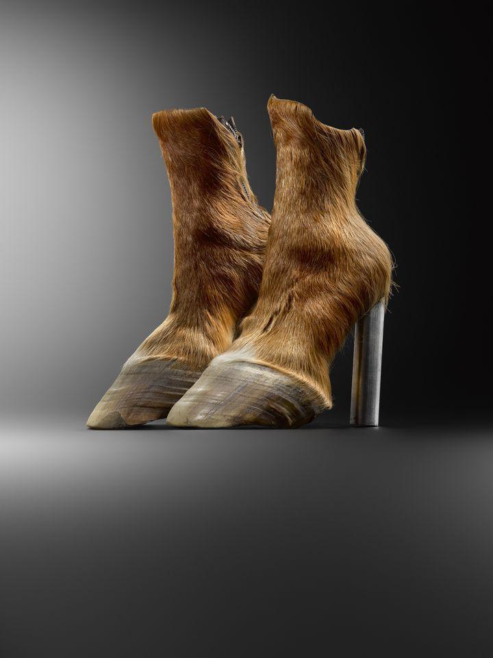 """Exposition """"Marche et démarche. Une histoire de la chaussure"""". Modèle Iris Schieferstein, Horseshoes, 2006 Berlin. (MAD PARIS / HUGHES DUBOIS)"""