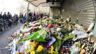 Devant le bar La Belle Equipe, à Paris, le 15 novembre 2015, deux jours après les attentats. (BERTRAND GUAY / AFP)