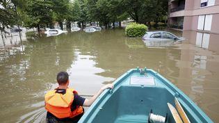 Un policier patrouille dans les rues inondées de Crosne (Essonne), le 4 juin 2016. (MAXPPP)