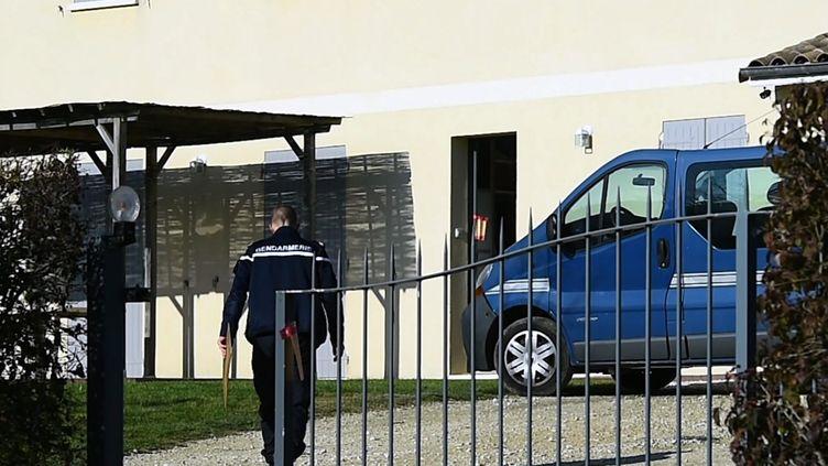 Les gendarmes discutent devant la maison du meurtrier présumé d'un couple à Foulyaronnes, le 3 décembre 2015. (MAXPPP)