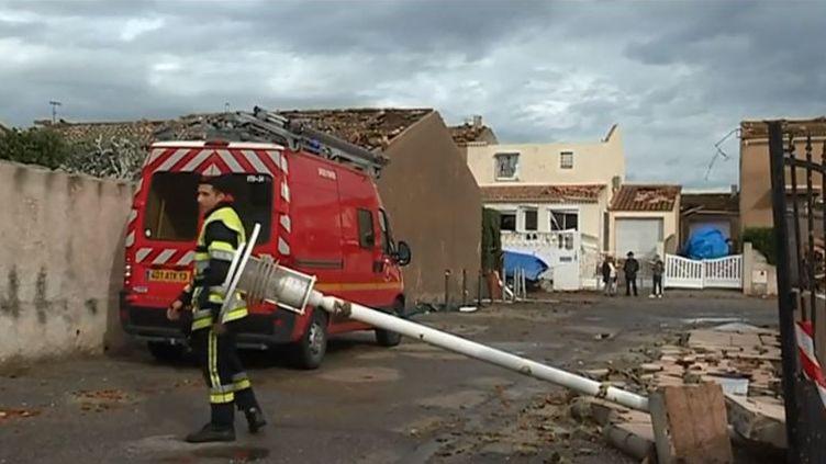 Une tornade avec des vents jusqu'à 100 km/h est passée sur un quartier d'Arles (Bouches-du-Rhône), au point de souffler des toitures entières. (FRANCE 3)