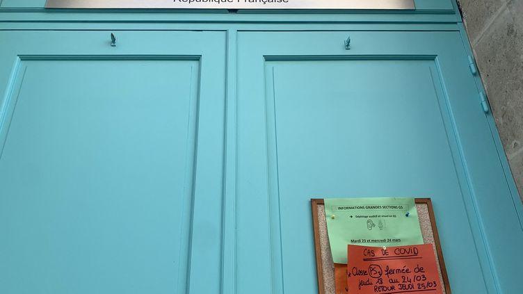 Des classes fermées pour des cas de Covid-19 dans une école maternelledu 18e arrondissement de Paris, le 27 mars 2021. (JULIEN PASQUALINI / RADIO FRANCE)