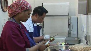 """Dans les cuisines du traiteur """"Les cuistots migrateurs"""", Louis Jacquot a rassemblé des réfugiés venus du monde entier, qu'il embauche en CDI pour cuisiner les plats de leurs pays d'origine. (France 2)"""