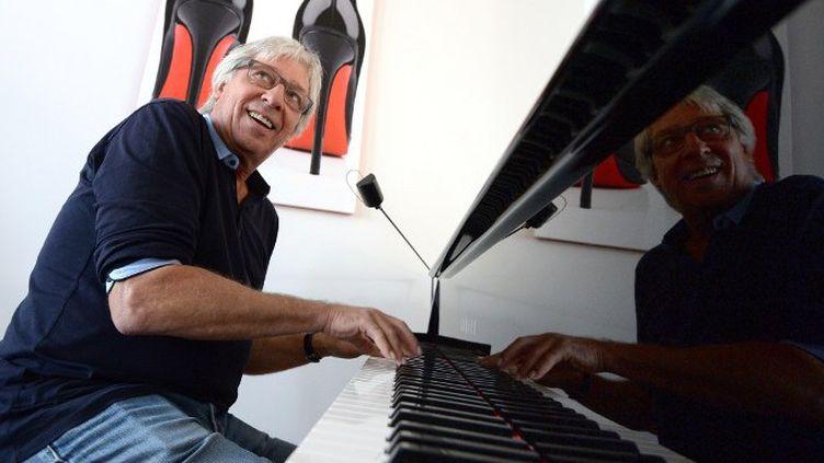 Le chanteur de Cookie Dingler au piano chez lui à Strasbourg, septembre 2013  (Patrick Hertzog / AFP)