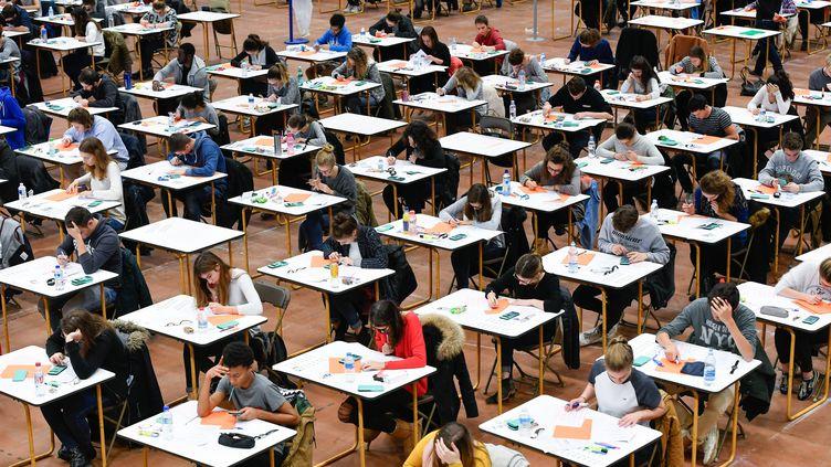 Des étudiants planchent sur le concours d'entrée à la faculté de médecine de Nantes, le 13 décembre 2016. (FRANCK DUBRAY / MAXPPP)