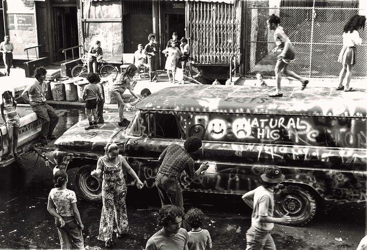 Habitants du Bronx peignant le Graffiti Truck de Gordon Matta-Clark, juin 1973, photo d'archive,Courtesy The Estate of Gordon Matta-Clark et David Zwirner, New York / Londres / Hong Kong  (2018 The Estate of Gordon Matta-Clark / ADAGP, Paris)