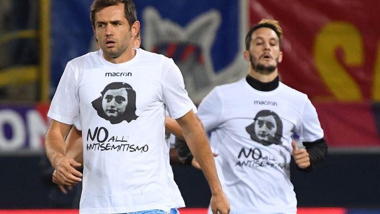 Les joueurs de la Lazio ont tous porté ce tee-shirt avant le match contre Bologne mercredi dernier. (GIANNI SCHICCHI / AFP)
