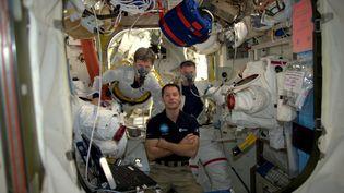 Thomas Pesquet (au centre) à bord de la Station spatiale internationale le 6 janvier 2017 (ESA/NASA)