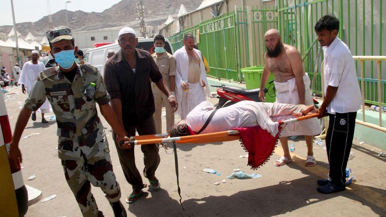 Un soldat saoudien évacue un blessé, le 23 septembre 2015 à La Mecque (Arabie Saoudite). ( AFP )