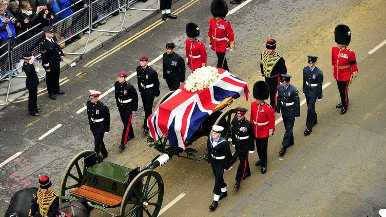 Le cercueil de Margaret Thatcher, à Londres (Royaume-Uni), le 17 avril 2013. (GLYN KIRK / AFP)