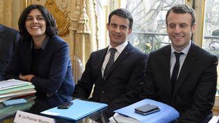 De gauche à droite, la ministre du Travail, Myriam El Khomri, le Premier ministre, Manuel Valls, et le ministre de l'Economie, Emmanuel Macron, à Matignon, lors d'une réunion avec la CFE-CGCsurla réforme du Code du travail, le 8 mars 2016. (DOMINIQUE FAGET / AFP)