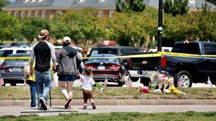 Les habitants de Virginia Beach sont venus se recueillir au lendemain de la fusillade. (CRYSTAL HUFFMAN / ANADOLU AGENCY)