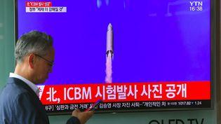Un homme devant une télévision, le 4 juillet 2017 à Séoul, diffusant des images du précédent missile balistique lancé par la Corée du Nord. (JUNG YEON-JE / AFP)