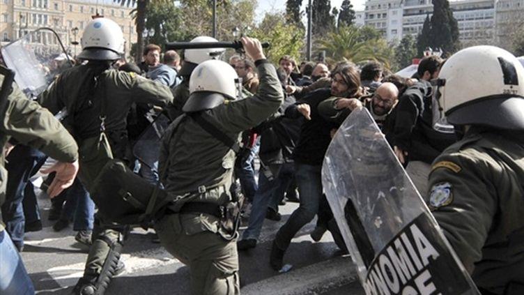 Affrontements entre forces de l'ordre et manifestants, mercredi 24 février 2010 à Athènes. (AFP - Aris Messinis)