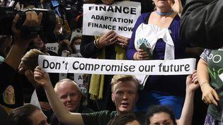 Un activiste manifeste pour un accord exigeant durant la COP21, au Bourget (Seine-Saint-Denis), le 9 décembre 2015. (DOMINIQUE FAGET / AFP)