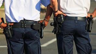 L'état d'urgence autorise les policiers à garder leur arme de service en tout lieu et en tout temps. (MAXPPP)
