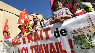 Des manifestants portent une banderole réclamant le retrait de la loi Travail, le 17 mai 2016, à Montpellier (Hérault). (PASCAL GUYOT / AFP)