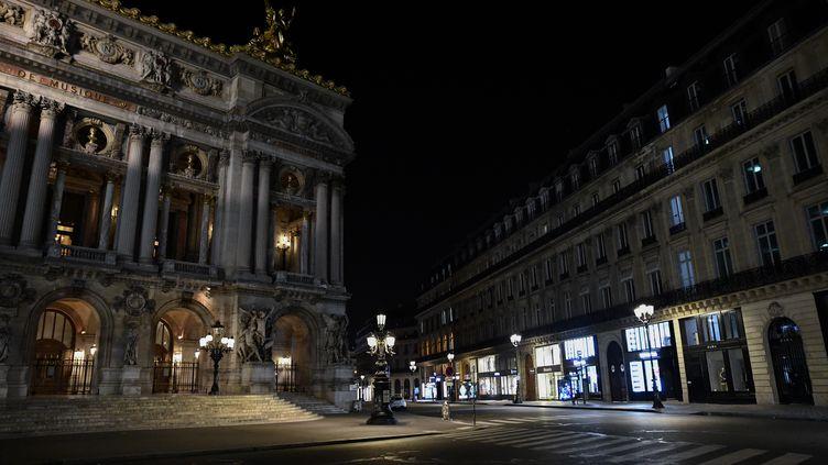 Une vue des rues désertées à Paris près de l'opéra Garnier, le 17 octobre 2020, après le début du couvre-feu. (JULIEN MATTIA / ANADOLU AGENCY / AFP)