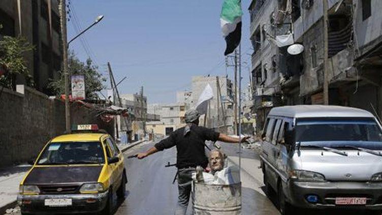 A un point de contrôle rebelle dans la ville d'Alep (28-8-2012)... (Reuters - Youssef Boudlal)