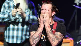 Le chanteur des Eagles of Death Metal, le 16 février 2016, sur la scène de l'Olympia, à Paris. (JOEL SAGET / AFP)