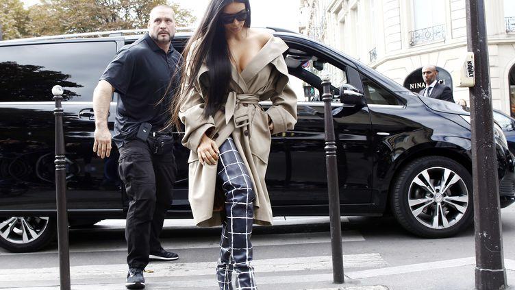 Kim Kardashian et son garde du corp, Pascal Duvier, avant le braquage le 2 octobre 2016 à Paris. (MEHDI TAAMALLAH / NURPHOTO)