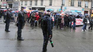 Des CRS surveillent le cortège de manifestans contre l'état d'urgence le 30 janvier 2016 à Paris. (MAXPPP)