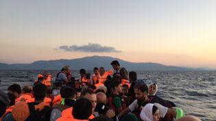 Les reporters de France 2 embarqués dans une traversée entre les côtes turques et l'île grecque de Lesbos, le 12 septembre 2015. (FRANCK GENAUZEAU ET GIONNA MESSINA - FRANCE 2)