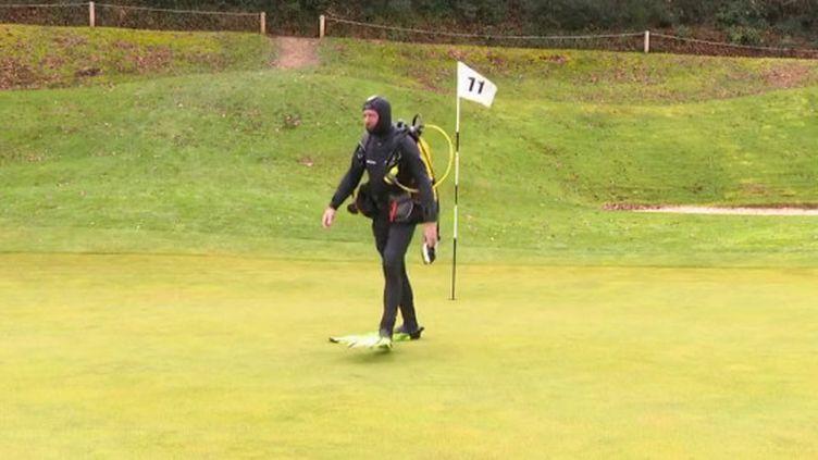 Golf : profession ramasseur de balles perdues dans les lacs (FRANCEINFO)